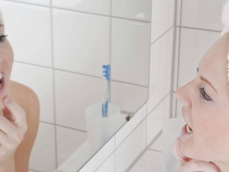 Медики назвали причины появления горечи во рту: фото и иллюстрации
