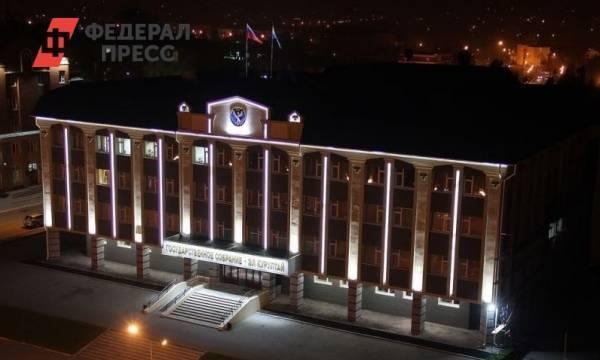 «Они голосуют против чего-то». Кто банкует в Госсовете Республики Алтай: фото и иллюстрации