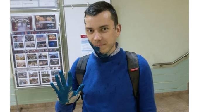 Неизвестный облил зеленкой главу штаба Навального в Петербурге: фото и иллюстрации