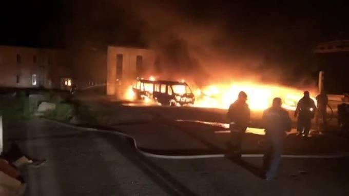 Ночью в Кингисеппе сгорели 12 новых микроавтобусов Ford Transit: фото и иллюстрации