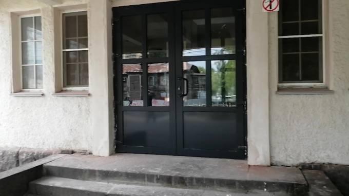 На железнодорожной станции «Удельная» заменили дореволюционные двери на пластиковые: фото и иллюстрации