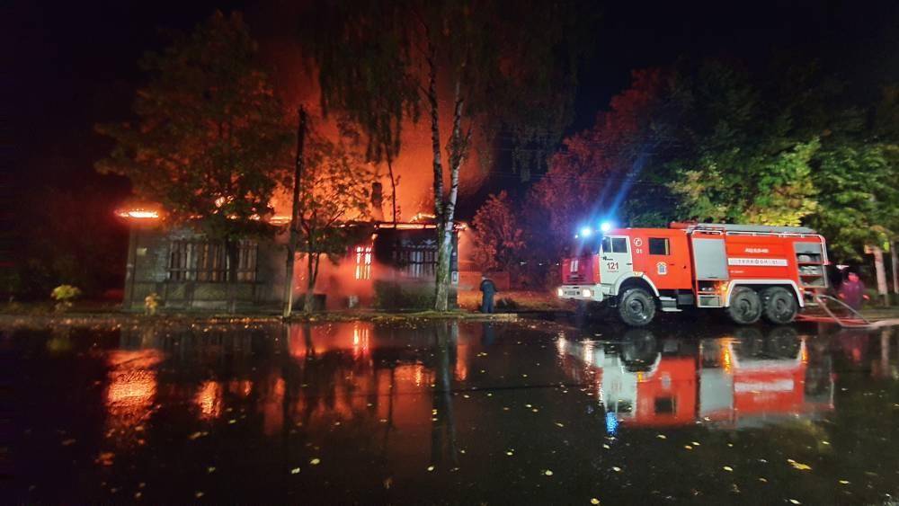 В Ленобласти пожар уничтожил дореволюционную церковно-приходскую школу: фото и иллюстрации