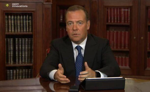 Медведев предложил вернуться к обсуждению идеи четырехдневной рабочей недели
