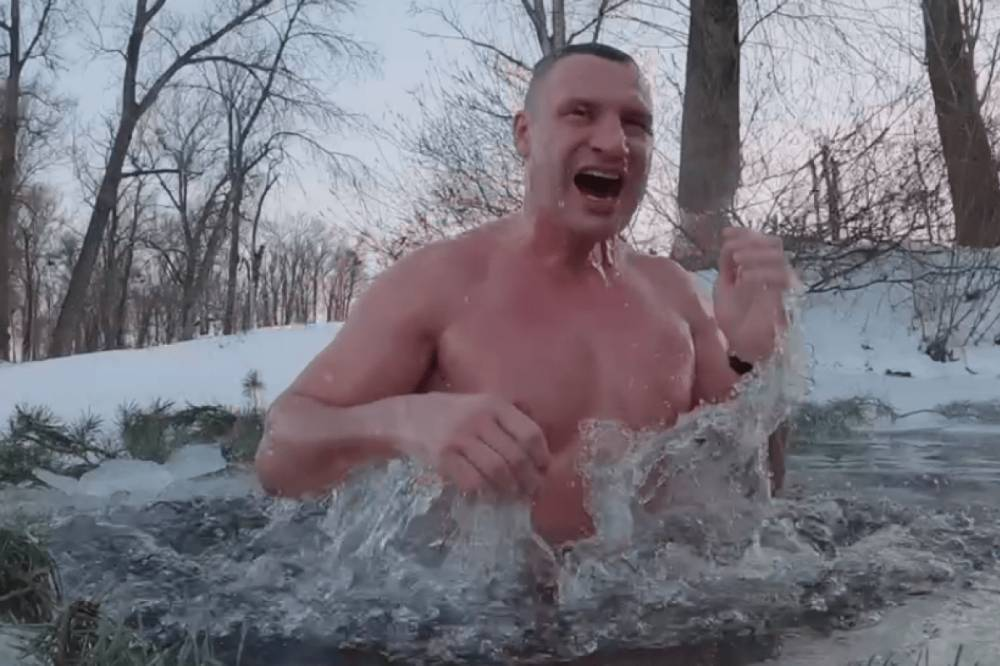 """""""Традицию исполнил"""": Кличко искупался в проруби и поздравил всех с Крещением (видео)"""