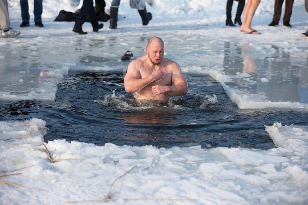 Не ныряйте с головой и пейте чай: украинцам напомнили правила купания в проруби