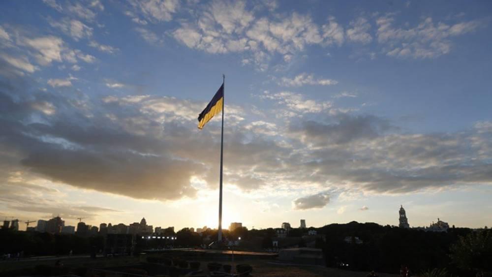 Самый большой флаг Украины приспустили в Киеве