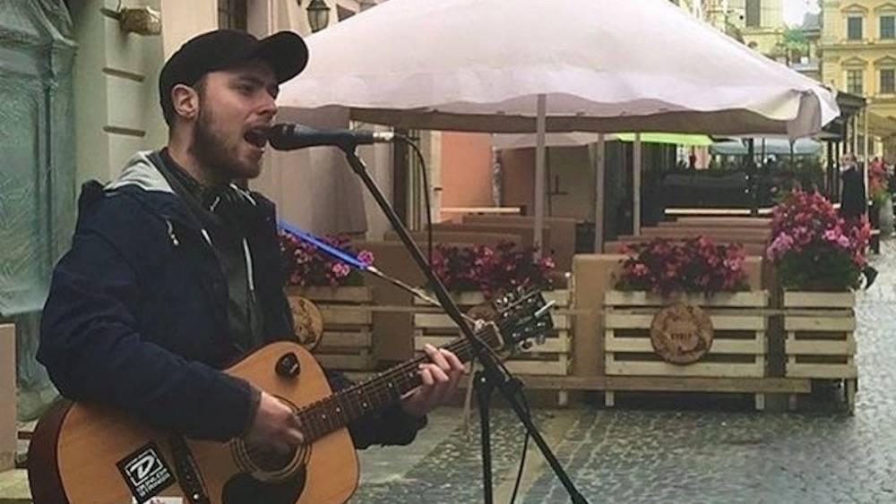 Побитый во Львове за российские песни уличный музыкант оказался внуком народного артиста