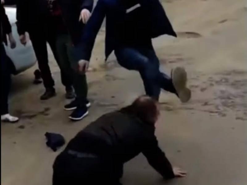Пьяные пассажиры такси в Воронеже пролили пиво, избили водителя и нарвались на народный самосуд