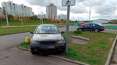В Минске легковушка врезалась в осветительную мачту, водитель погиб