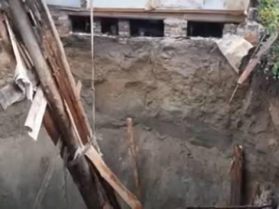 Провал земли поглотил жилой дом в российской деревне