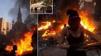 Протестующие сожгли две церкви в годовщину массовых протестов в Чили