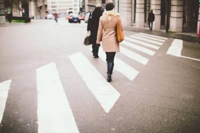 В Казани водитель на красный свет сбил девушку и скрылся