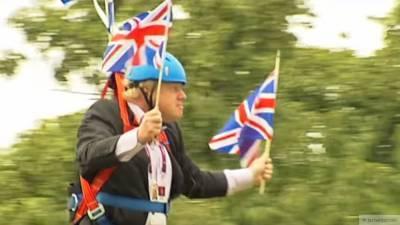 Борис Джонсон в шапке-петушке рассмешил пользователей Сети