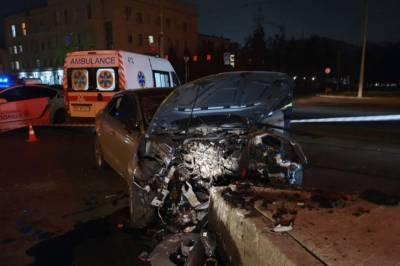 В Харькове девушки на Audi влетели на скорости в островок безопасности, одна погибла: видео момента ДТП