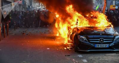 Баррикады и свобода слова: о чем напоминают кадры охваченного пламенем Парижа