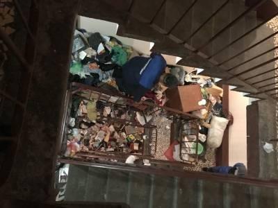 В питерской квартире, забитой под потолок мусором, нашли тела двух пенсионеров