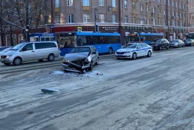 В центре Брянска 19 января столкнулись два автомобиля