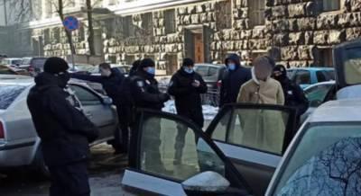 Киевлянин с оружием устроил переполох под Радой: фото с места инцидента
