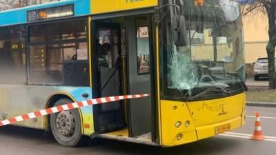В Киеве пассажирский автобус сбил пожилого мужчину на пешеходном переходе: пострадавшего госпитализировали