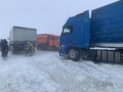 Запад Украины накрыл снежный циклон: спасатели вытаскивают транспорт из сугробов