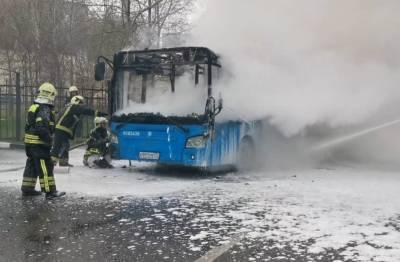 На юго-западе Москвы из-за возгорания автобуса перекрыто движение