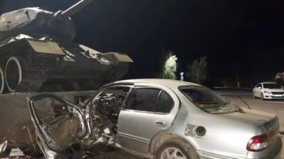 Ниссан врезался в танк Т-34. Водитель погиб (+видео)