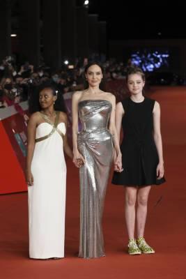 Дочь Джоли произвела фурор на Римском фестивале