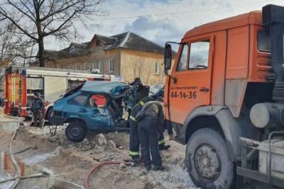 Серьёзное ДТП в Твери: подросток пострадал при столкновении легковушки с КамАЗом