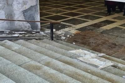 В центре Челябинска в подземном переходе обрушилась плитка
