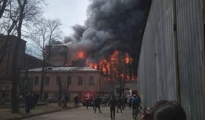 В Петербурге загорелся бизнес-центр «Невская мануфактура». Погиб один пожарный