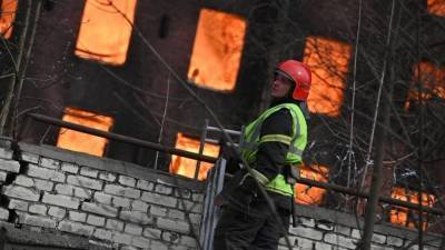 В горящем здании Невской мануфактуры начали раздаваться хлопки