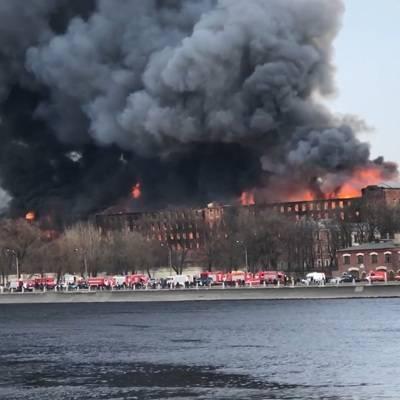 Пожарный погиб при тушении возгорания в здании Невской мануфактуры в Петербурге