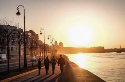 Петербуржцам пообещали тепло и небольшой дождь во вторник