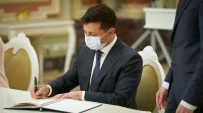 Зеленский одобрил закон о защите должников от угроз коллекторов