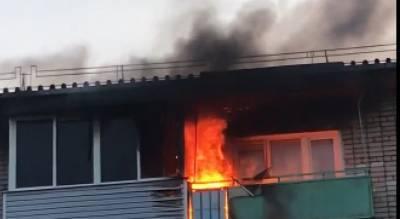 Черный дым и толпа спасателей: под Ярославлем горит многоэтажка. Видео