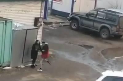 В Хабаровске подросток избил девушку на улице на глазах очевидцев
