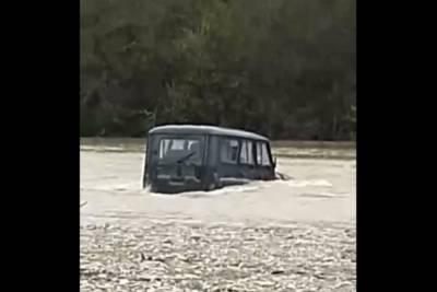 В районе Геленджика УАЗ с пассажирами застрял посреди реки