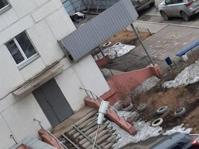 В Челябинской области женщина упала на козырек подъезда