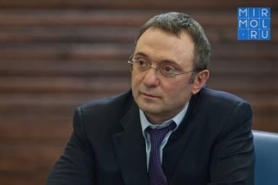 В списки на материальную помощь от Сулеймана Керимова попали родственники чиновников