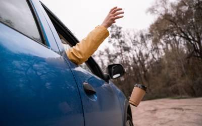 За окурки и обертки из машины будут штрафовать: уже скоро