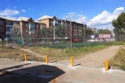 В Улан-Удэ зеленые насаждения защищают от машин ограничительными столбиками